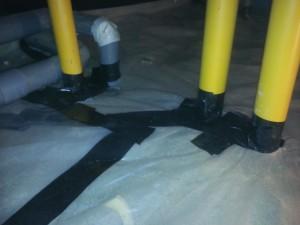 洗面所の床下にも床下調湿工事を行いますので、厚くて丈夫なビニールシートを敷き詰めます。端部は強力なブチルテープで地面からの湿気の上がりを遮ります。