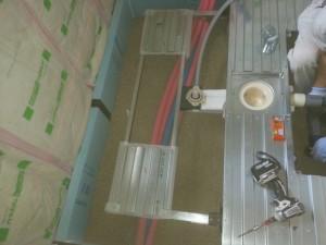 ユニットバス組立 断熱工事をして床下に床下調湿用の珪藻土石を敷き詰めます。ユニットバスをその上に組み立てます