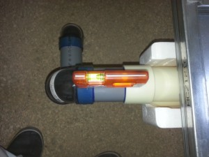 排水接続は勾配がきちんと取れているか計測しながら作業をします。