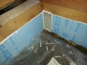 床下調湿工事を行うため、基礎下の空いている空間はすべて断熱材でふさぎます。