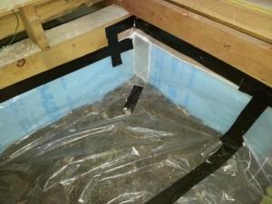 床の土間に湿気防止用のビニルシートを敷き、端部は防水テープで押さえます。 これで床下からの湿気を塞ぎます。