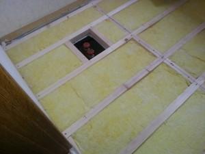 床下に断熱材を入れます。 撥水作用のついている床専用グラスウール45mmを使います