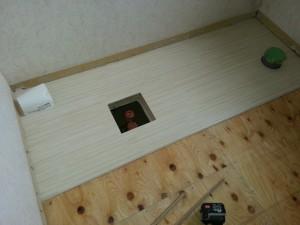 端部からハイドロセラフロアを貼っていきます。水抜き栓の穴加工も事前に行います。