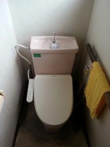 20年前のトイレ。ウォシュレットは他社製で取付していました。給水配管から漏水をしており、床が腐っている状況でした。