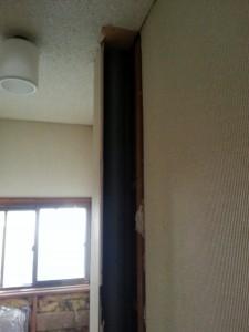 扉を外して壁の出っ張りを解体したところ、2階からの排水管のスペースとなっていました。これは動かせません。