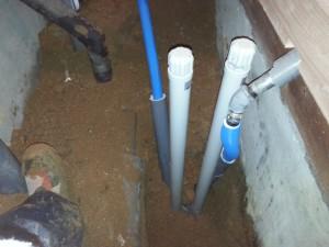 水抜き栓がトイレと干渉するので位置を変更します。
