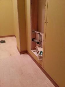 埋め込み型の手洗い器を設置知するために壁に開口し給排水配管を行います。