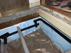 床下調湿工事。 床下にビニルシートを敷いてほかの場所からの湿気の流入を塞ぎます。 床下にビニルシートを敷いて床下からの湿気を塞ぎます。 土台と床との間にはウールブレス断熱材を入れて通気止めとしています。