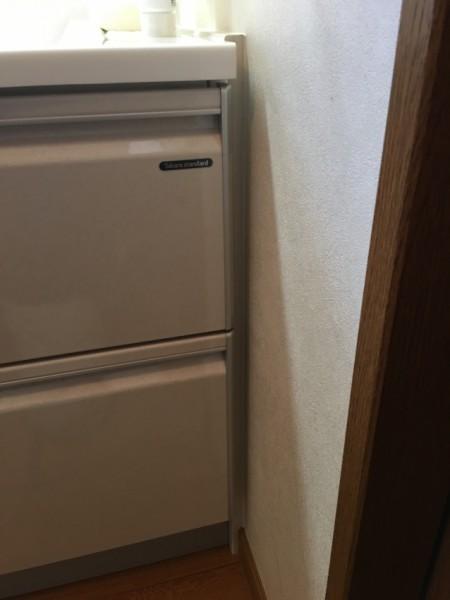 キャビネットを開き戸タイプから引き出しタイプとすることで隣の部屋とのドア枠の干渉が問題になりましたが、隙間を埋める材料を入れて化粧台の位置をずらすことで解決。