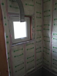 このように壁一面を断熱材でしっかりと囲いました。