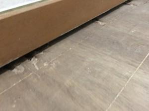 ハイドロセラフロア施工は、既存の床板を丁寧にはがして張り替えました。既存の巾木をそのままに綺麗に収まりました。