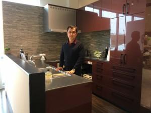 ステンレスL型カウンターの凄いキッチンが展示されていました。