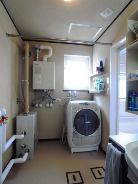 壁は珪藻土仕上げとしました。これで湿度調整のされた心地よい洗面所となります。