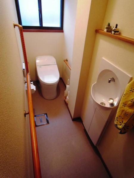 和式トイレから洋式トイレに 小便器のあった場所は埋め込み型の手洗い器を設置。 大便器は奥行の少ない寸法を用いて、中間にある二階排水管の通るパイプスペースの出っ張りを避けています。