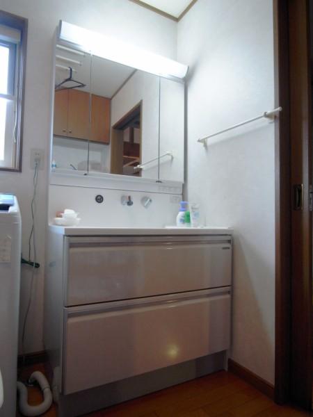 タカラスタンダードエリーナ。 扉はホーローパネルで高級感があり汚れにく。 カウンターも人工大理石で質感があり、 ハイバック型カウンターなので水栓を操作する際にも水がハンドルに残りません。 引き出し収納とすることで収納力もアップ。