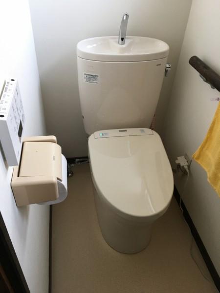 採用したトイレはピュアレストEXとアプリコットF3A。合わせて床と壁の張替を行い、すっきりと清潔感のあるトイレになりました。 床下の断熱工事を行い暖かいトイレに。