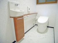 手洗い付き・タンクレスで高級感あふれるトイレにリフォーム