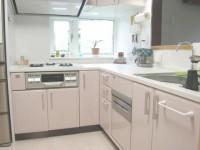 狭小スペースながら、工夫で機能充実L型キッチンです。