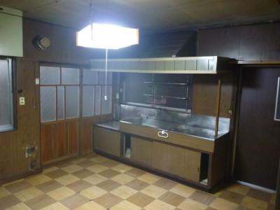 1階の南側のキッチンは、火の見やぐらを囲う塀でとて も暗い。