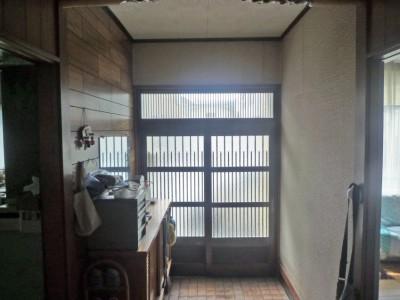 事務所玄関兼用の殺風景な玄関。収納が無く不便でした。