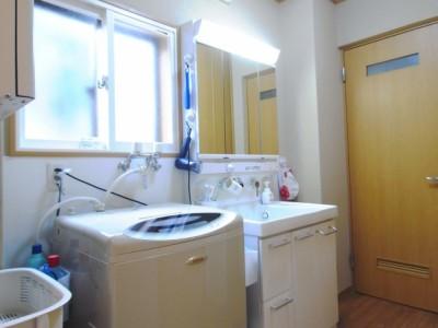 かつて独立していた洗濯室を、洗面所と一緒にする事で脱衣室としても広く活用できるようになりました。