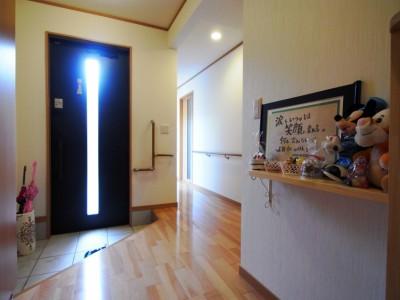 お婆様が安心してお部屋に行けるバリアフリーの廊下。