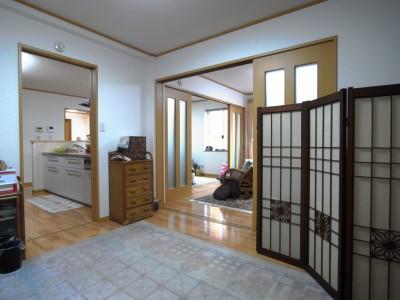 寝室からキッチン・趣味室・リビング方向を見る。四部屋をつなぎ回遊する動線はシンプルかつバリアフリーに。