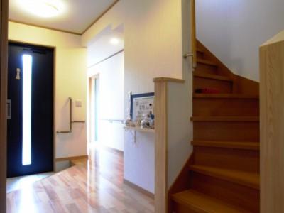 2階への階段はその向きを変え、動線がスムーズに。