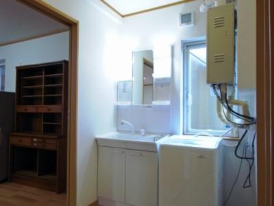 キッチンの隣に移動した洗面脱衣所。キッチンとバリアフリーで動線がつながる。