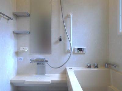 お風呂はTOTOスプリノを採用。お父様がお子様を毎日でもお風呂に入れたいとのご希望があり、床をソフトカラリ床に。ご夫婦3人で入ることもあるからと、どっぷり浴槽に。暖かく広さにゆとりのあるシステムバスに大満足。