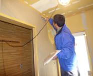仕上げは珪藻土とし、洗面脱衣室の湿気の問題を解決し、心地良い空間に