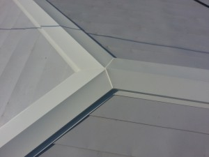 屋根の重なりあう部分には、コーキングで防水処理を行います